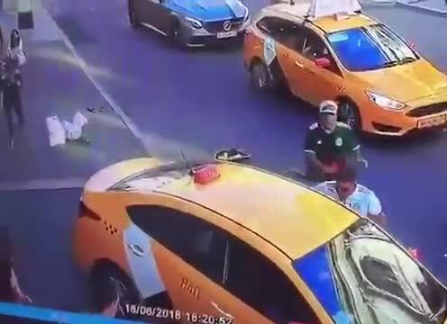 Un taxi loveste un grup de suporteri în Moscova: opt răniţi