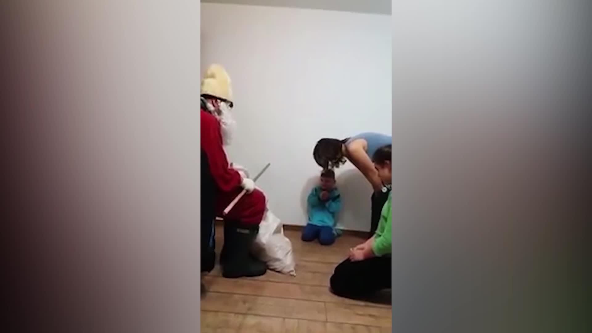 Găinuşă şi copilul bătut de Moş Nicolae