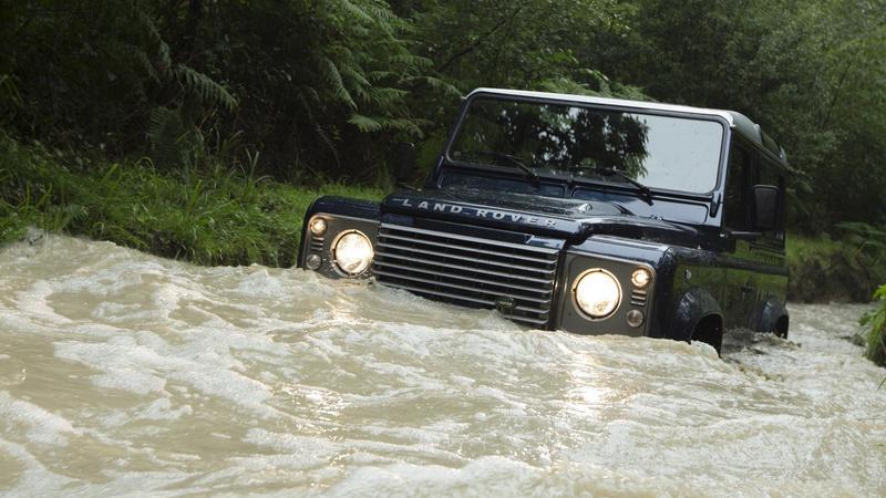Die another day: Land Rover Defender, reîmprospătat la 30 de ani
