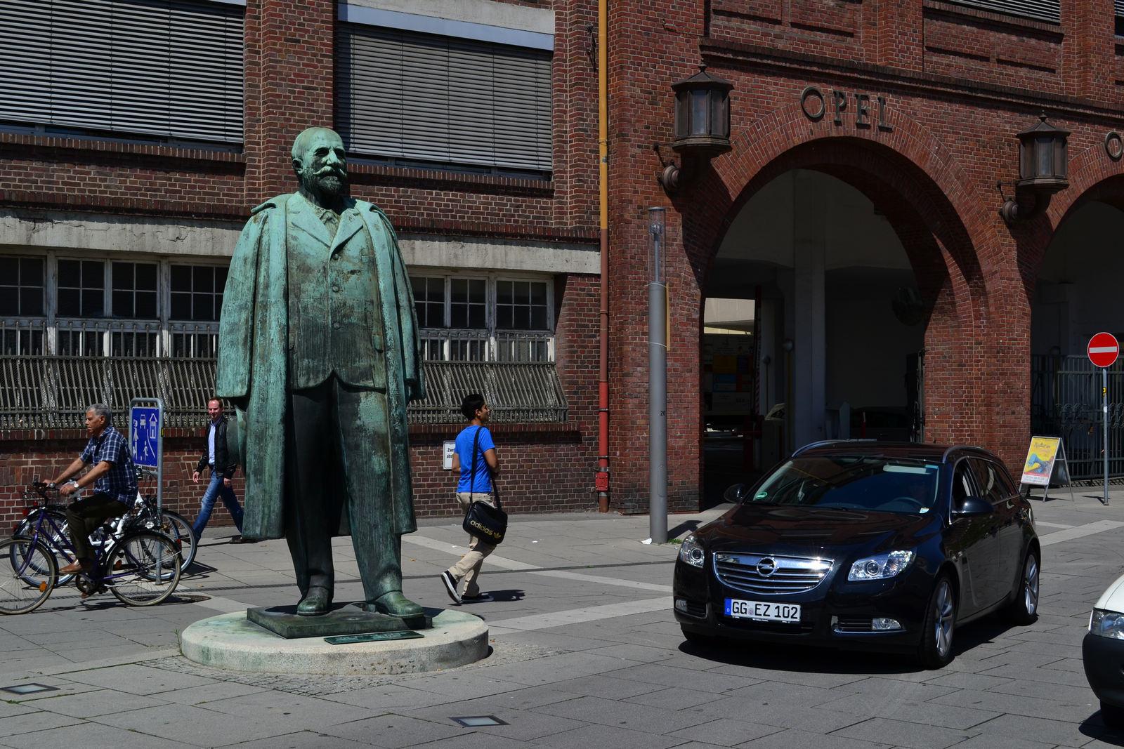 Statuia fondatorului Adam Opel, în faţa uzinei