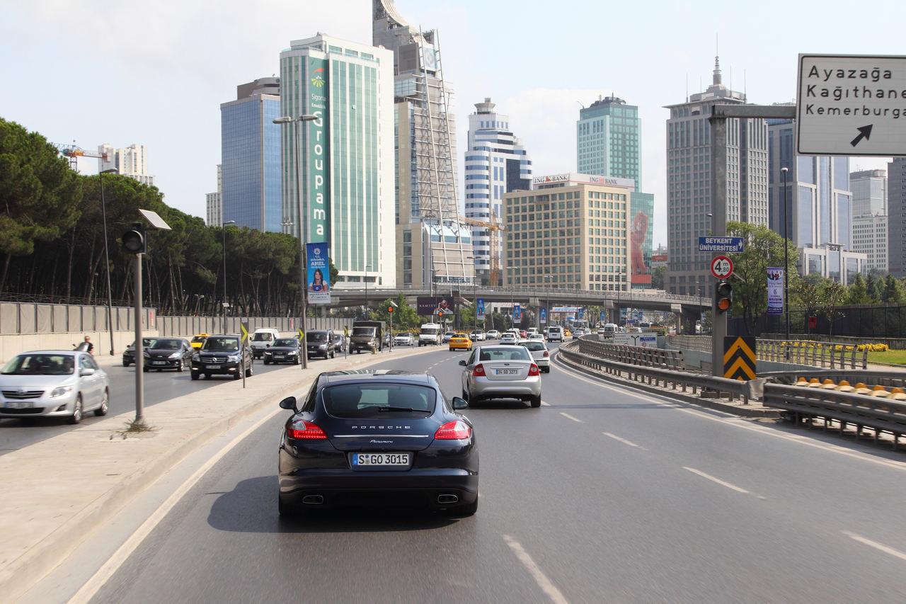 Ieşirea din Istanbul e uşoară. Intrarea în el poate dura şi două ore.